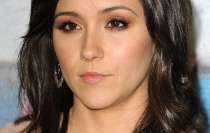 Shannon Woodward for desktop