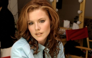 Kathleen Robertson Pictures