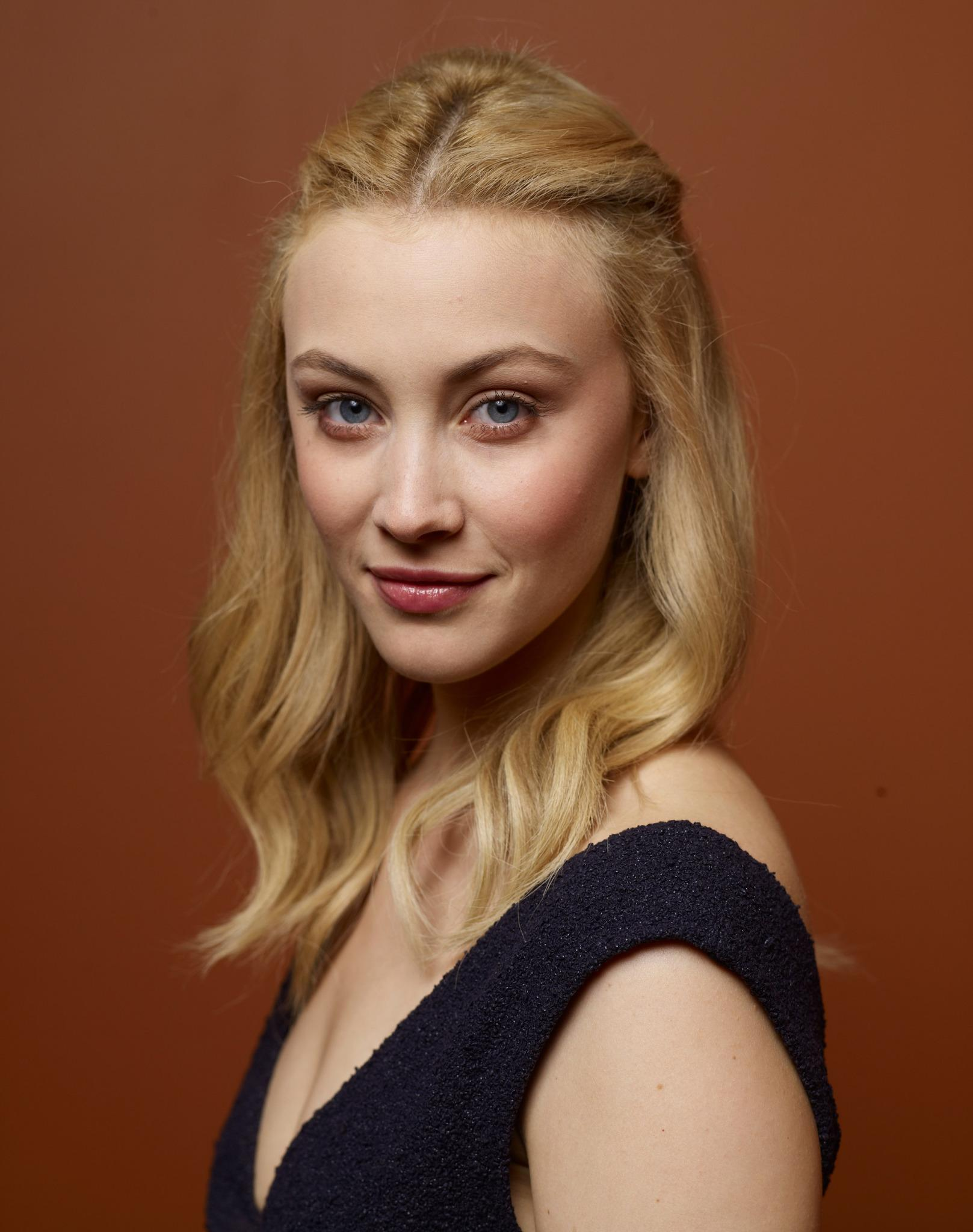 Sarah Gadon Gets Glam On Fashion Magazine Cover: Sarah Gadon Wallpapers High Resolution And Quality Download